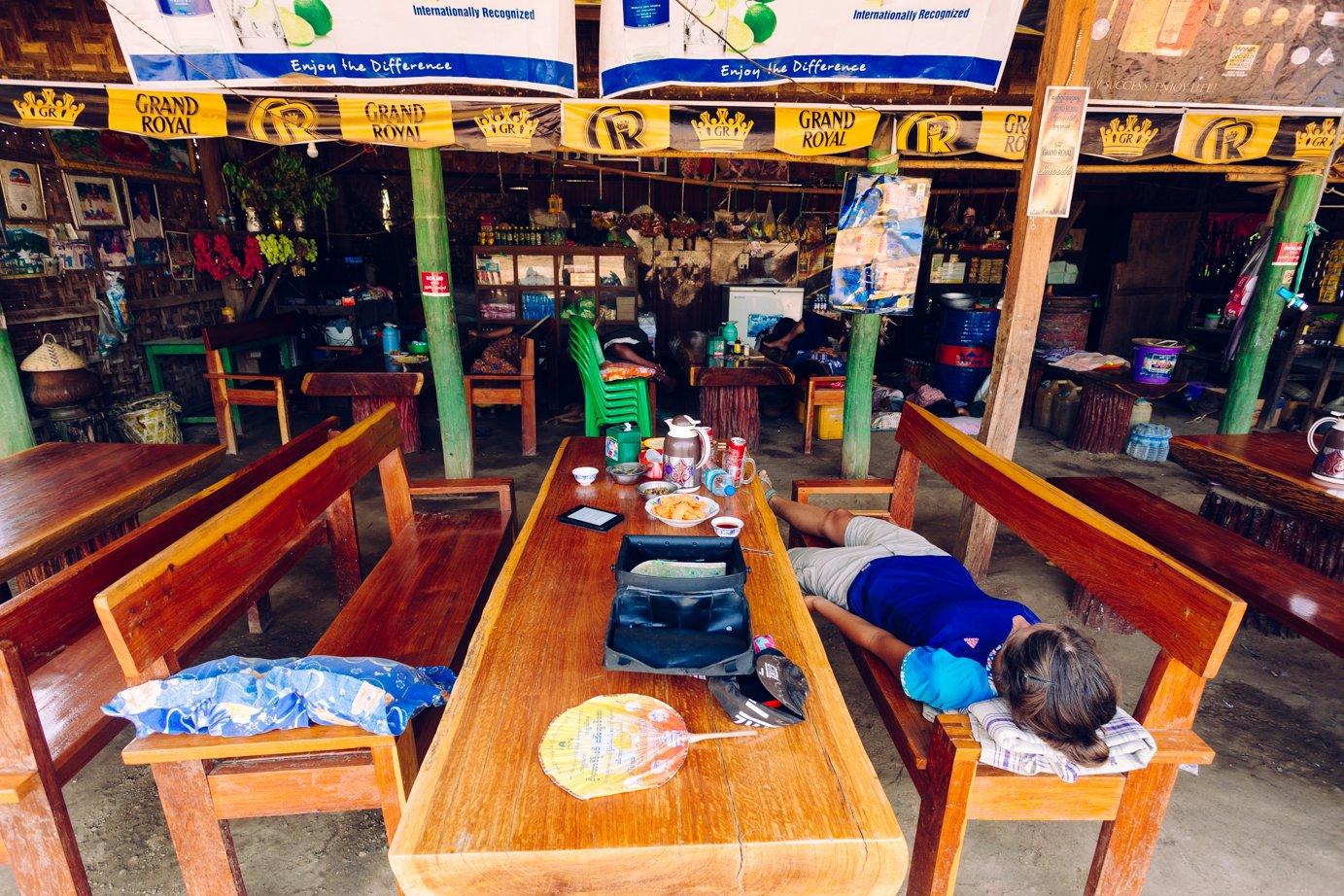 Senna czajownia gdzieś wpółnocnym Myanmarze. Szefowa podała nam poduszeczki poczym sama legnęła się nabambusową matę