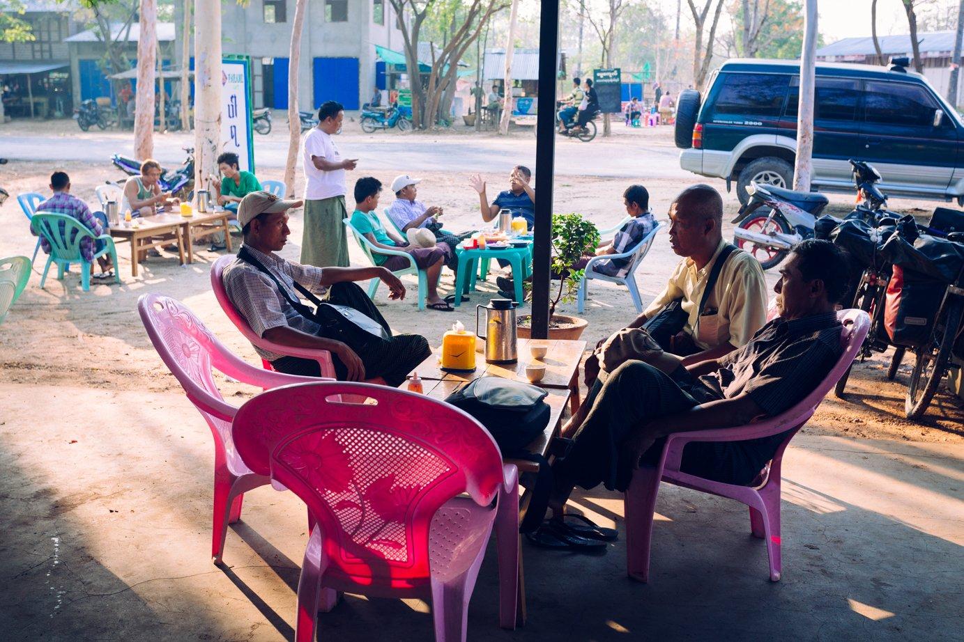 Siedzi się, rozmawia, niespiesznie pali cheroota, żuje betel albo poprostu przeczekuje. Myanmarska czajownia