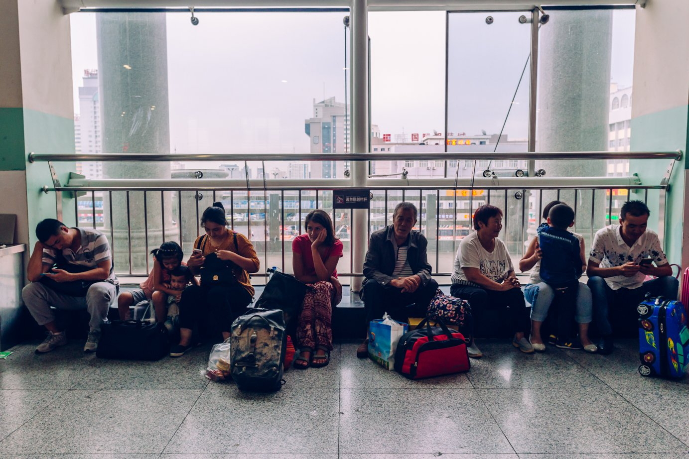 W chińskim pociągu ina dworcach spędziliśmy  wsumie ponad trzy doby. Szans naprzejechanie całej trasy rowerem nie było, alenie żałujemy, bo jazda pociągiem toteż całkiem spore przeżycie itemat naosobny wpis.