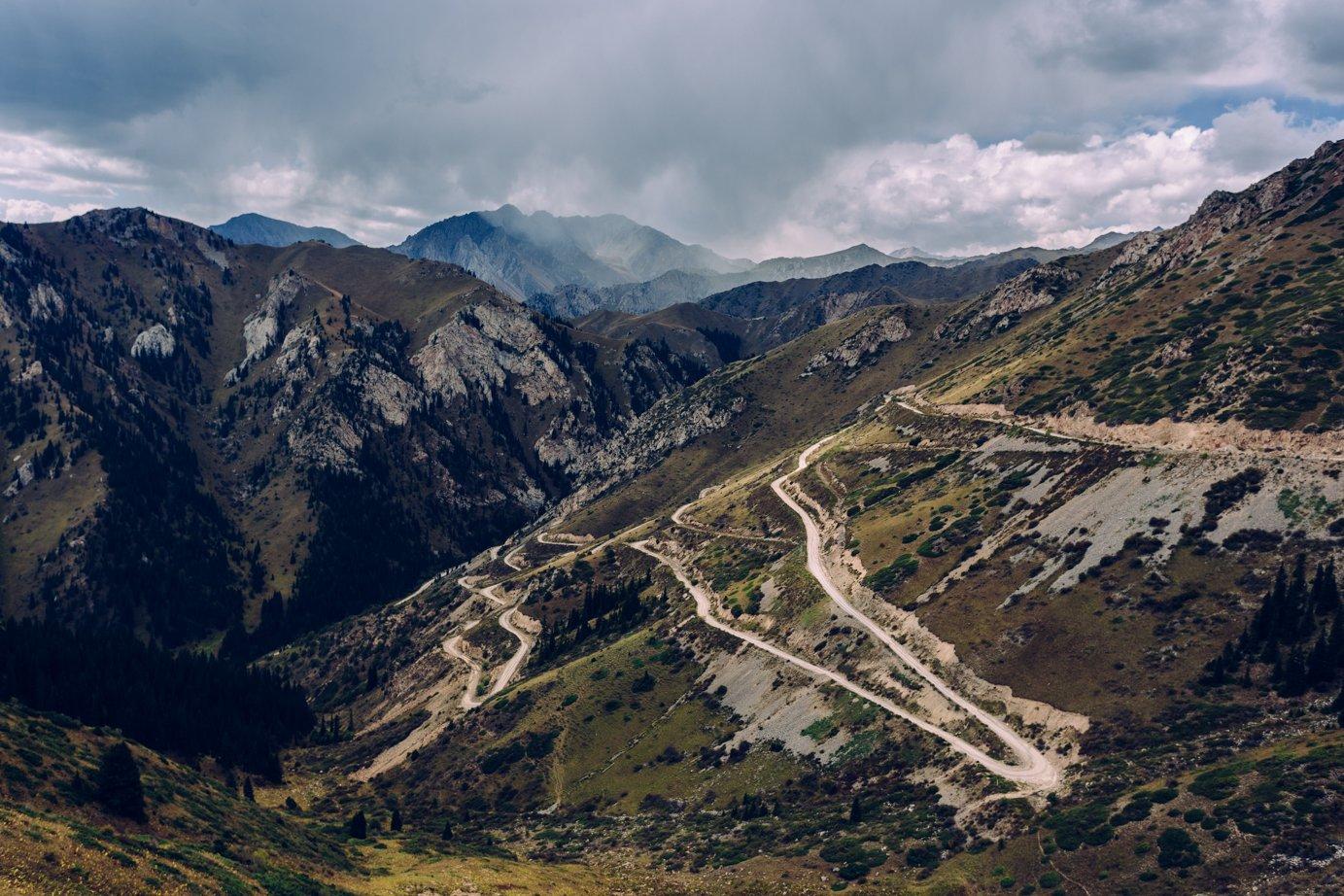 Mój ulubiony podjazd! Ostatni nanaszej drodze (może dlatego), z1600 m na3300 m, zczego ponad 1000 m takimi agrafkami.