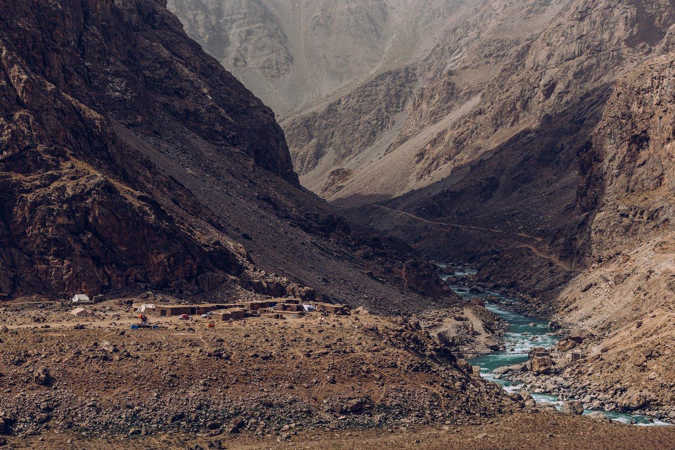 A drogi wAfganistanie są jeszcze gorsze niż wTadżykistanie. Tę przecina wąski mostek, poktórym ciężarówki nie mają szans przejechać. Jak jadą dalej? Nie wiemy