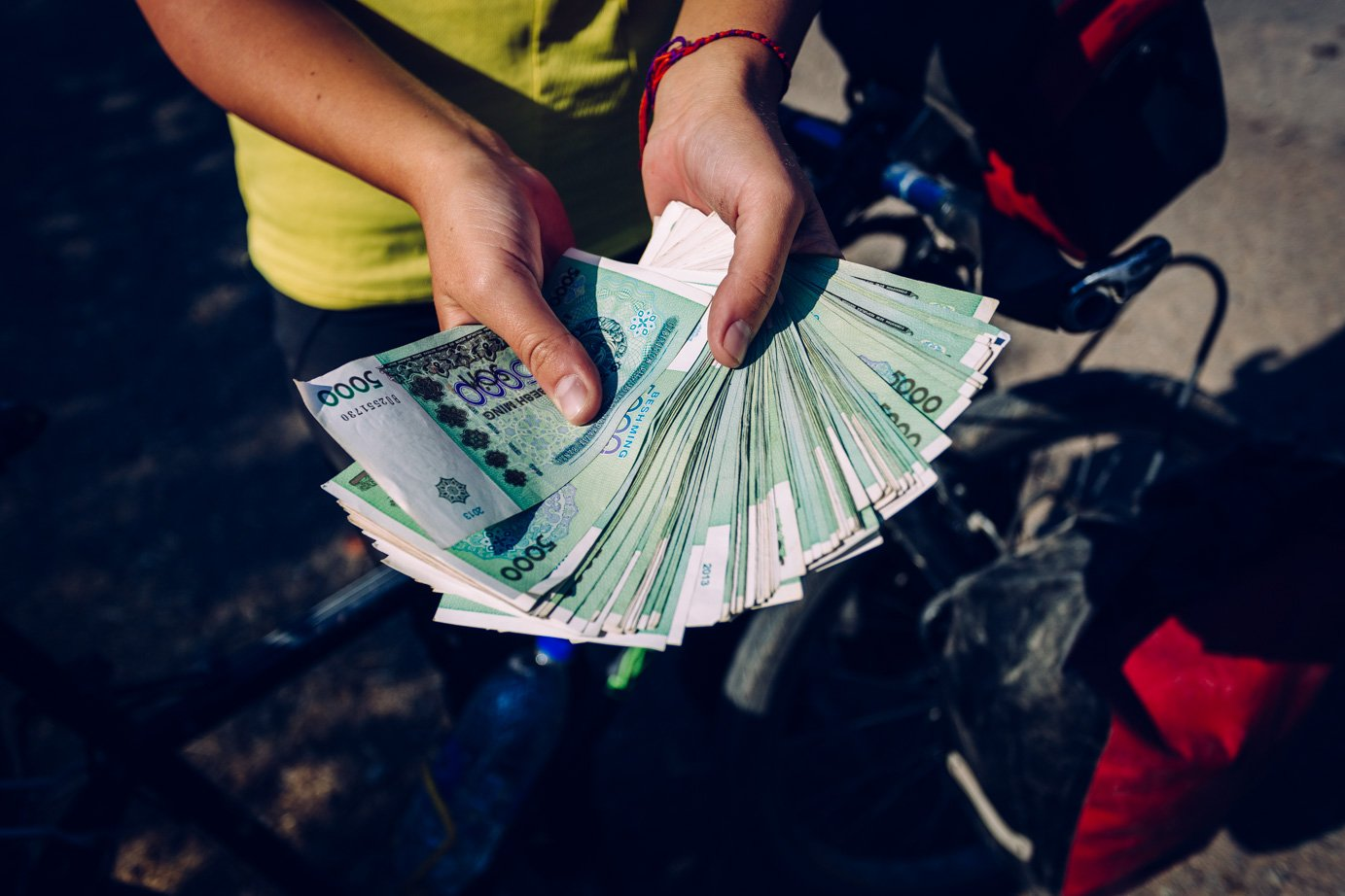 Pieniądze wUzbekistanie towogóle osobny temat. Zajednego dolara woficjalnym obiegu można dostać 3000 somów, zato ucinkciarza naczarnym rynku już ponad 6 tysięcy. Każdy wymienia więc walutę wpodziemiu, zresztą ku niememu przyzwoleniu rządu.