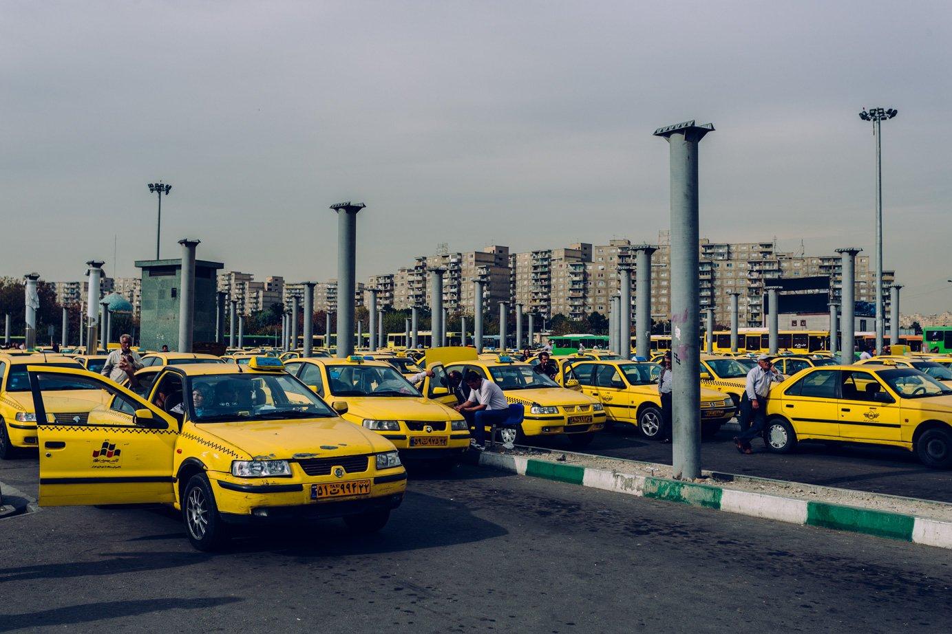 Żółte taksówki są wszędzie, mkną jak strzała ulicami, ajak nie mkną tostoją wkorkach. Korki tonieodłączny element teherańskiego krajobrazu.